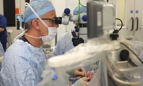 [新聞] 機器人執刀 要做一場可能改變世界的眼科手術